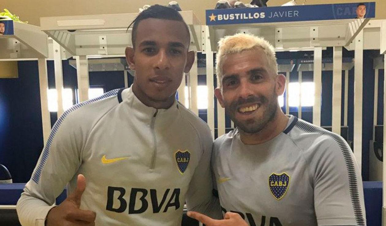 Sebastián Villa posa junto a Carlos Tévez en el primer día como jugador de Boca Juniors