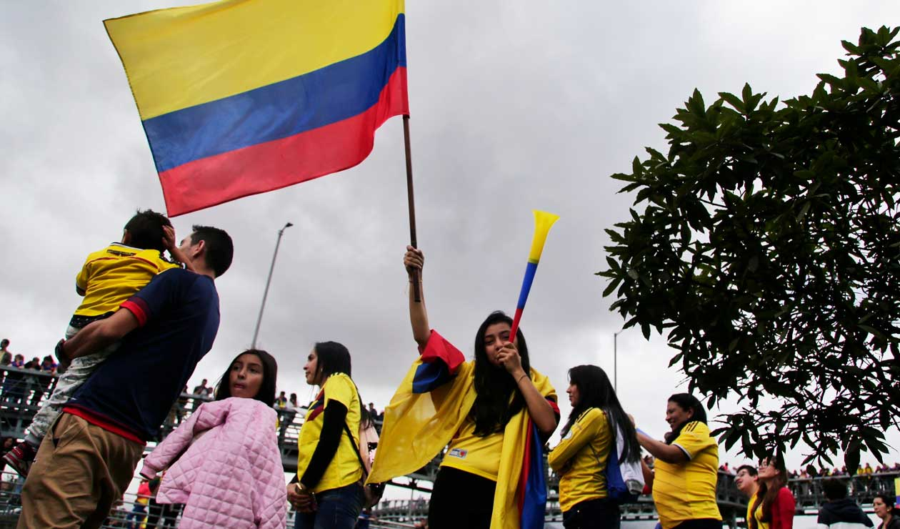 Una aficionada agita la bandera de Colombia