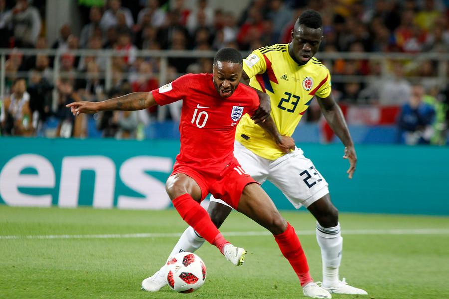 Raheem Sterling y Dávinson Sánchez en el partido entre Colombia e Inglaterra en Rusia 2018
