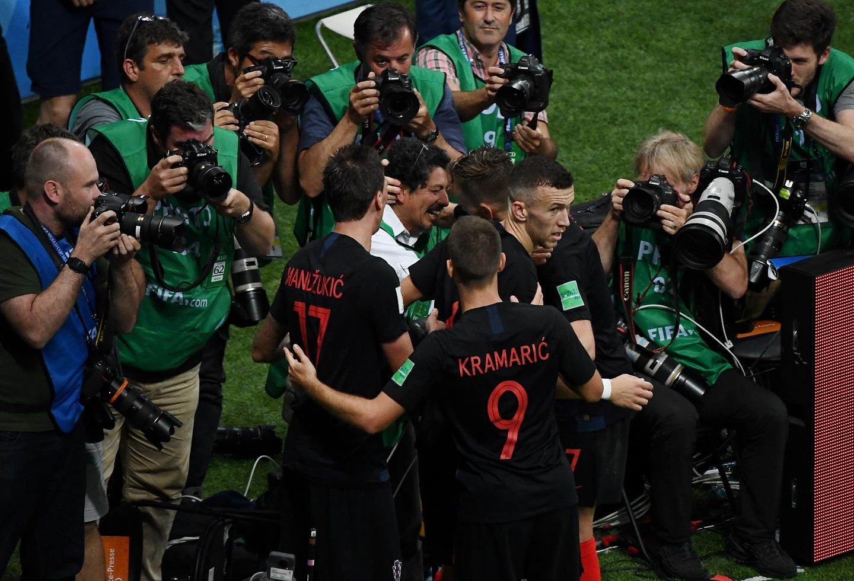Jugadores de Croacia celebran su segundo gol