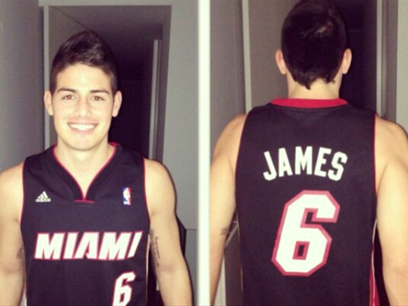 James Rodríguez con la camiseta de LeBron cuando jugaba en los Miami Heats