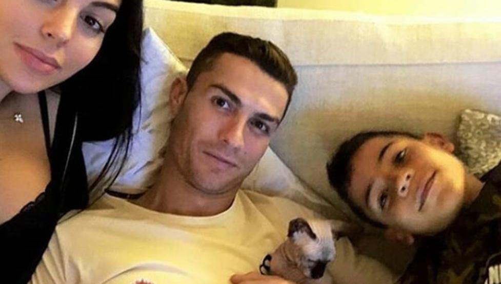 Cristiano Ronaldo departe con su familia y su nueva mascota