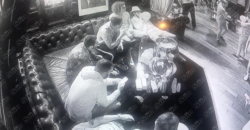 Jugadores del Arsenal y el gas de la risa - Imagen de The Sun