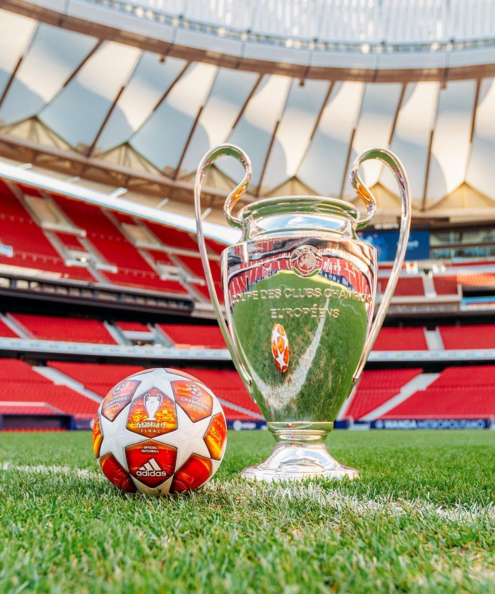 El balón de la Champions y la 'orejona', ansiado trofeo de la máxima cita de clubes de Europa