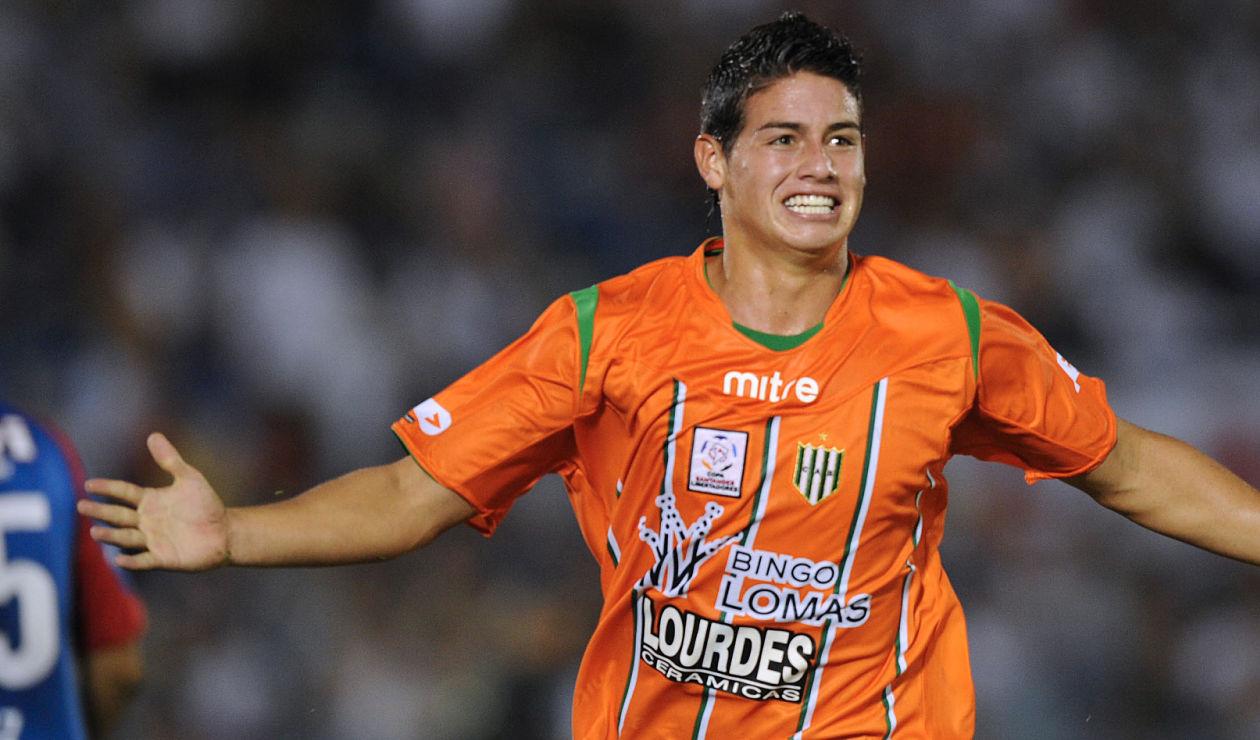 James Rodríguez celebrando con Banfield un gol en la Copa Libertadores de 2010.
