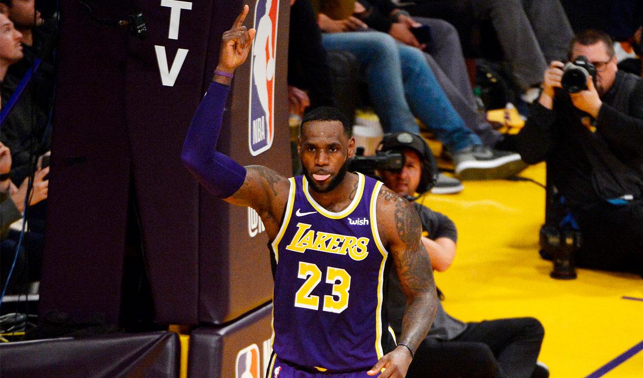 LeBron James celebra haber superado a Michael Jordan en puntos anotados en la NBA