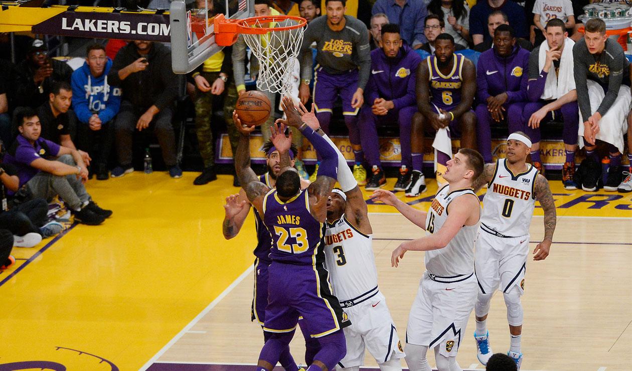Momento en el que LeBron James anota la cesta para superar en puntos a Michael Jordan