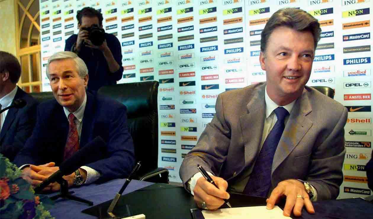 Louis van Gaal firmando como técnico del Barcelona