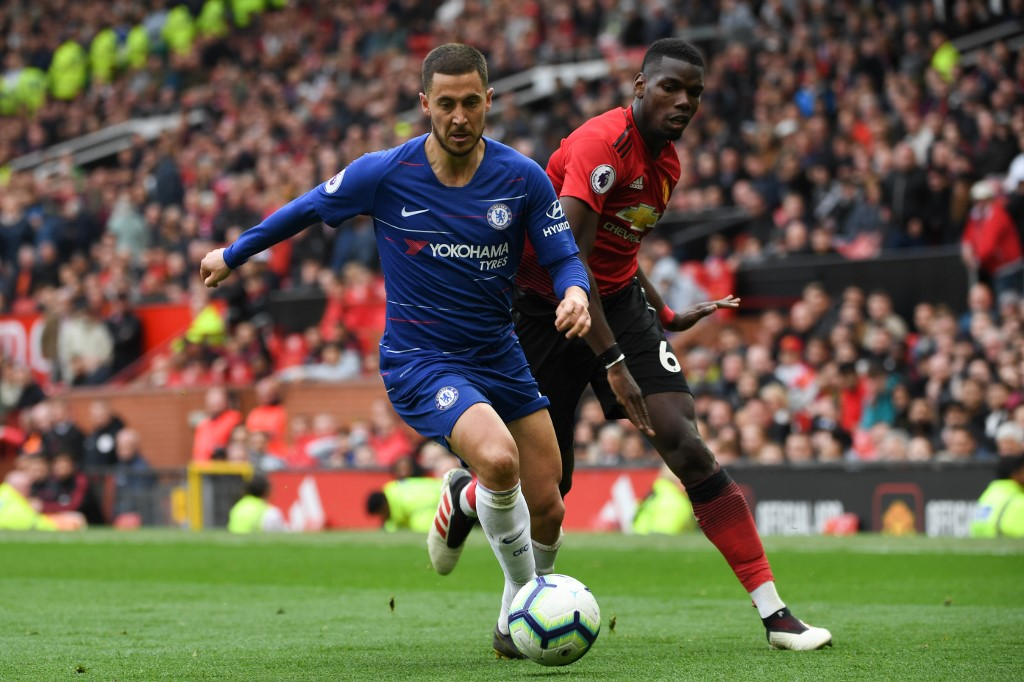 Eden Hazard y Paul Pogba en la disputa de un balón