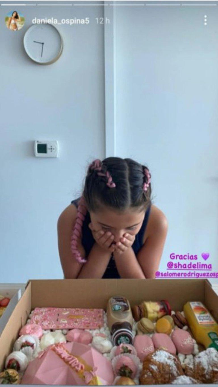 Salomé Rodríguez recibiendo el regalo de Shannon de Lima