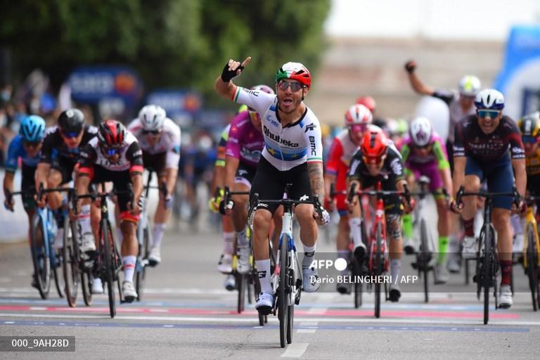 Fernando Gaviria, sin sillín, se ve al fondo de Nizzolo, ganador de etapa