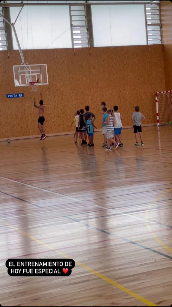 James Rodríguez jugando baloncesto con niños