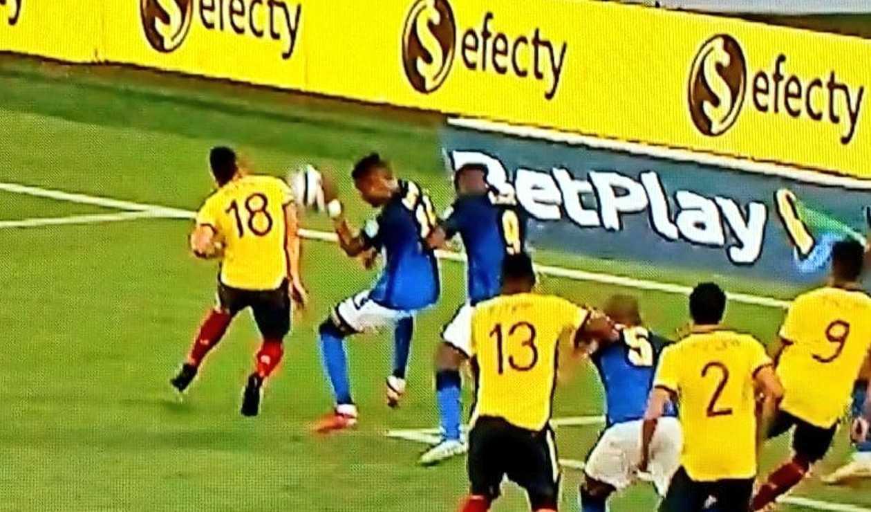 Audio del VAR de la polémica mano de Brasil en el partido contra Colombia