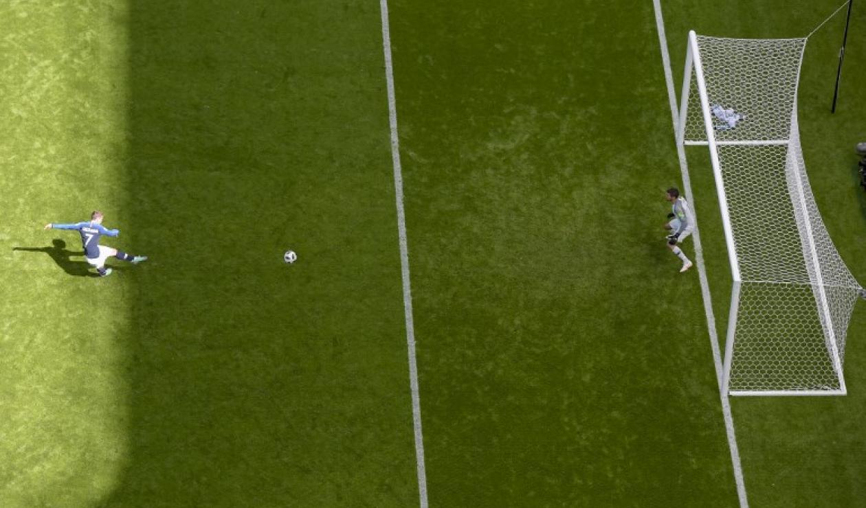 El delantero Francés Griezmann cobrando una pena máxima en juego ante Australia