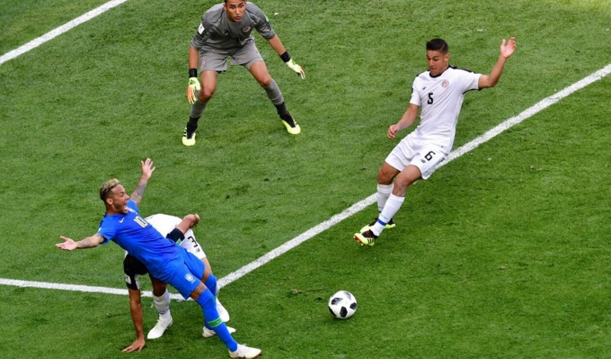 Neymar simuló una falta en partido de Brasil ante Costa Rica