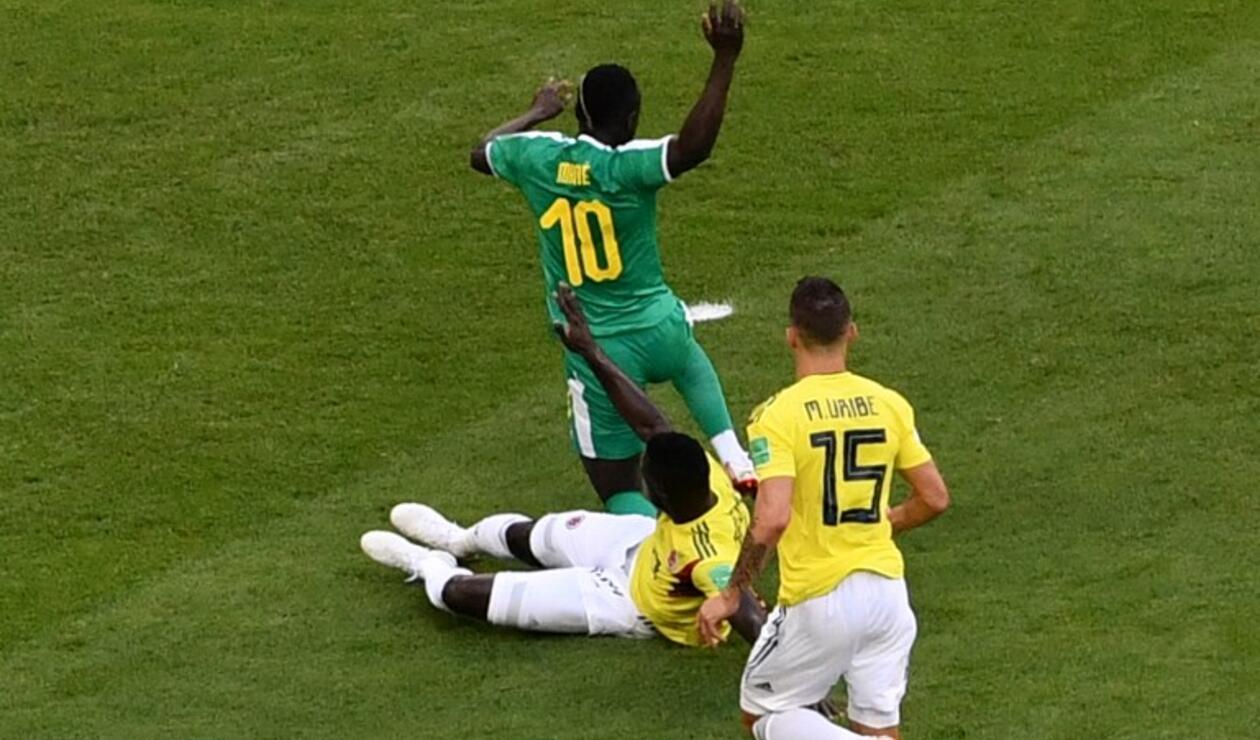 Sánchez y Mané en jugada analizada por el VAR por supuesta falta.