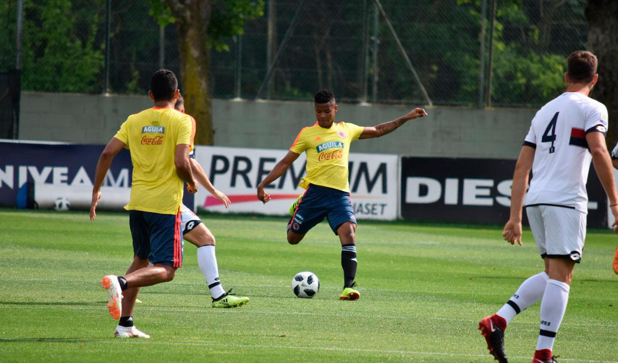 Wílmar Barrios ante un jugador juvenil del Génova