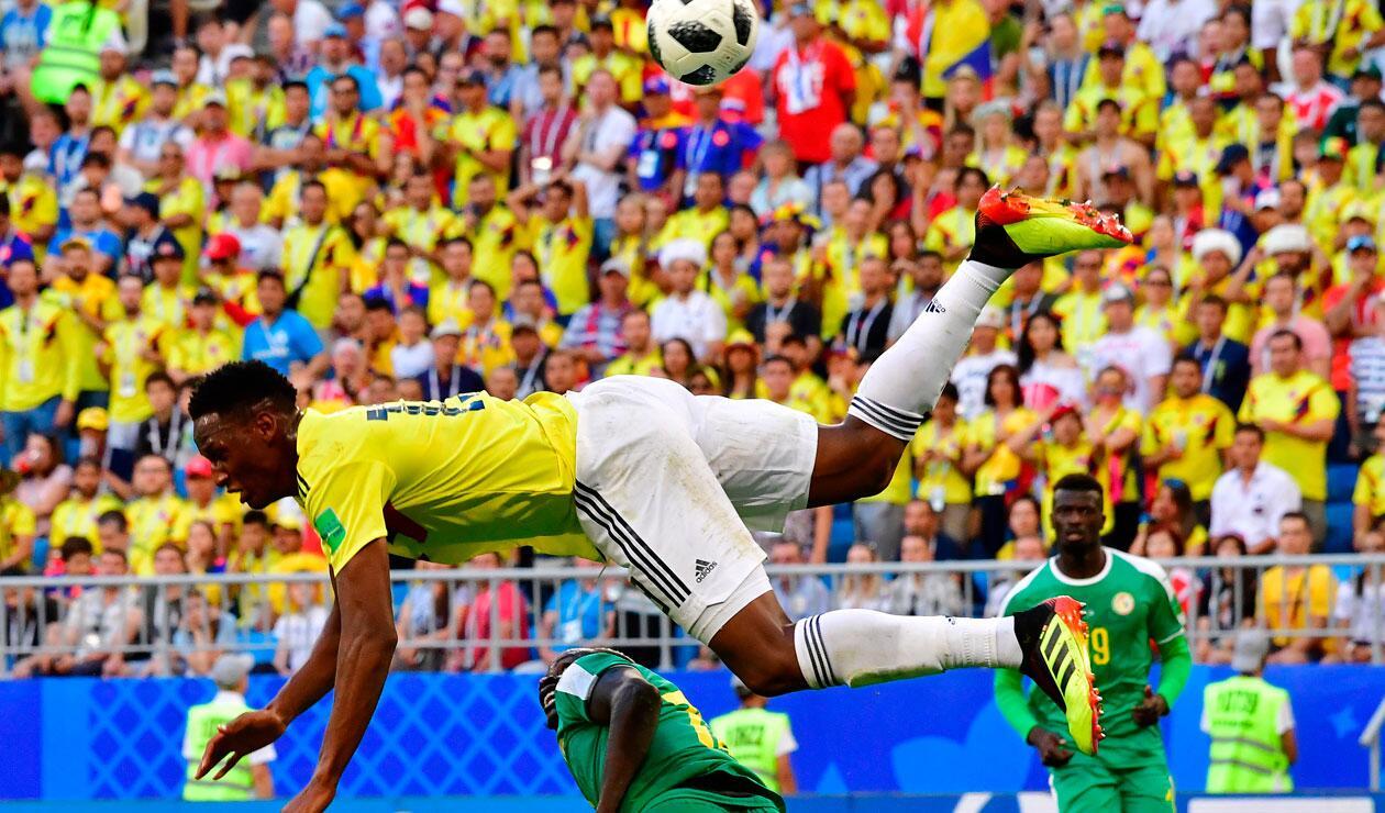 Yerry Mina salta durante el partido Colombia-Senegal