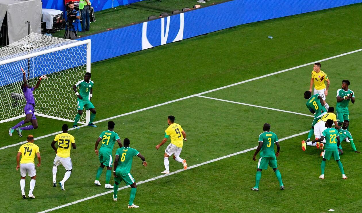 Yerry Mina remata de cabeza para el gol de Colombia ante Senegal