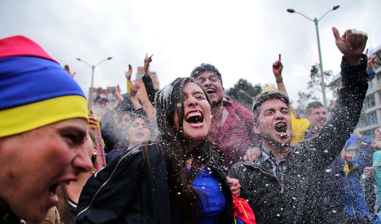 Hinchas de la Selección Colombia celebrando la clasificación a octavos de final