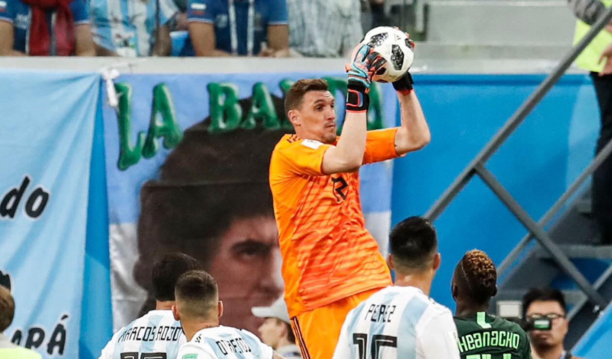 Franco Amani atrapa un balón cuando Argentina empataba 1-1 ante Nigeria