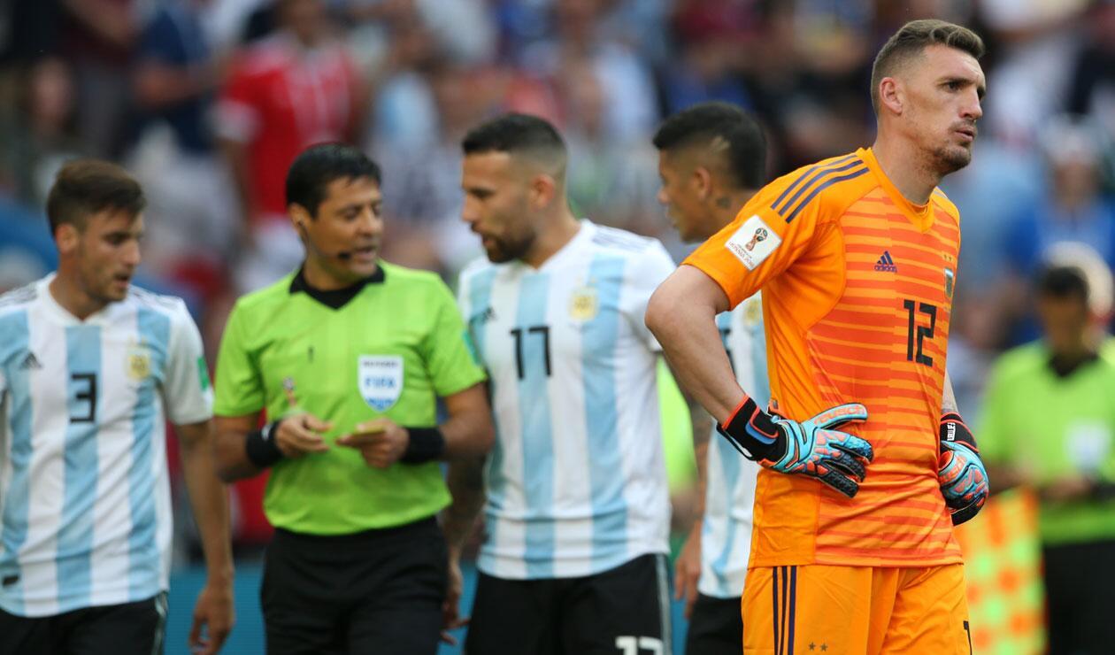 Franco Armani se lamente en el partido Francia Vs Argentina