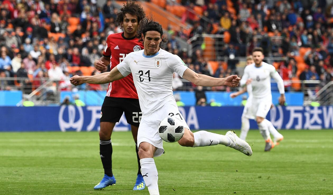 Edinson Cavani apunto de impactar la pelota en el partido Egipto Vs Uruguay