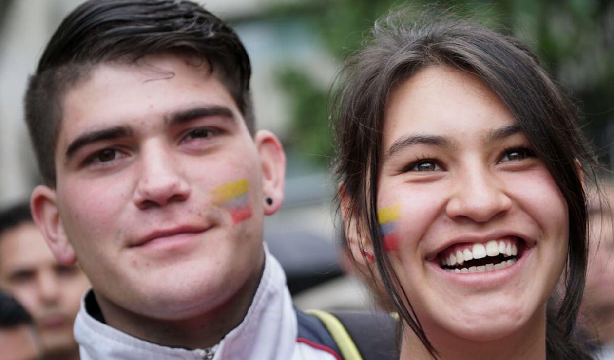Hinchas de la Selección Colombia durante el partido ante Japón en el parque Santander de Bogotá