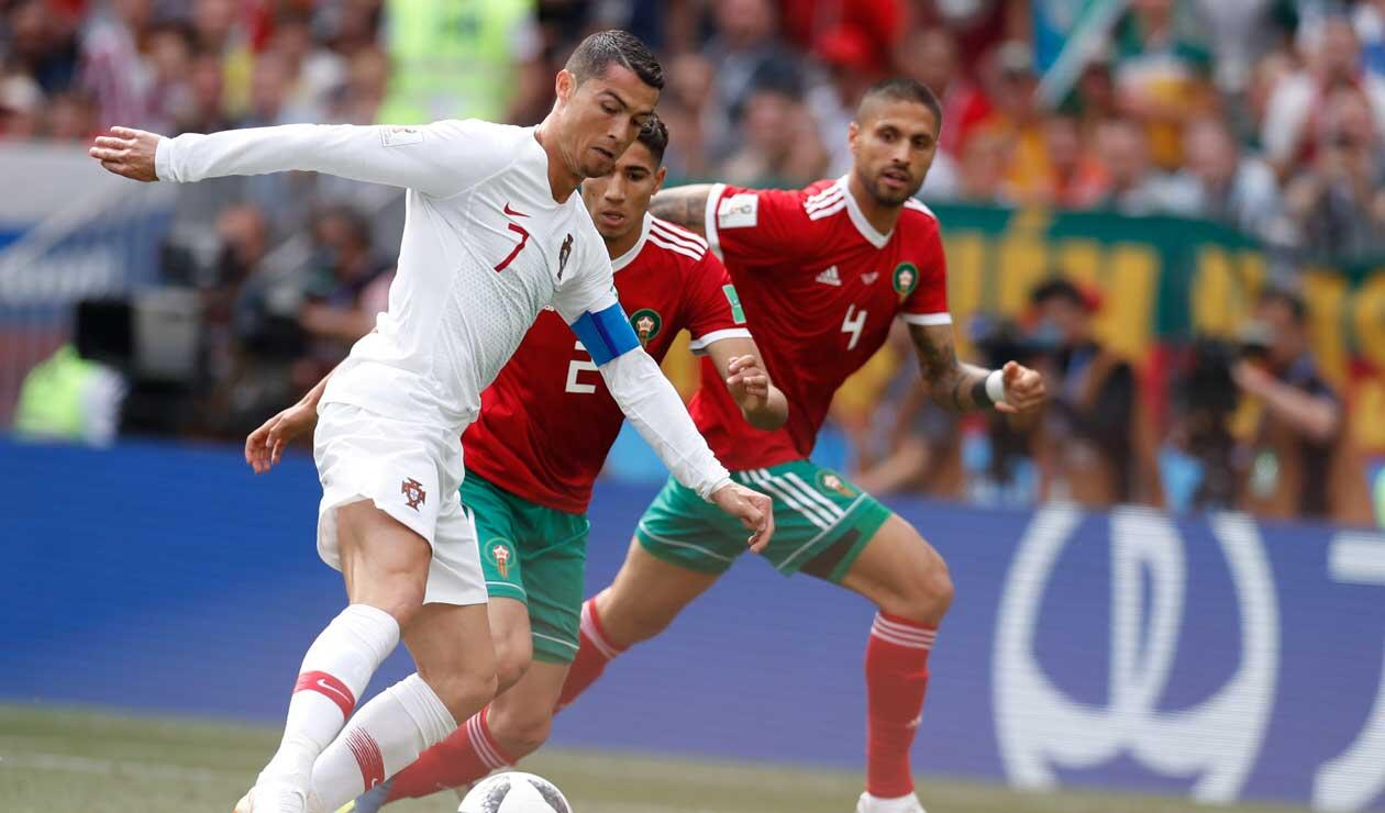 Cristiano Ronaldo frente a dos jugadores de Marruecos