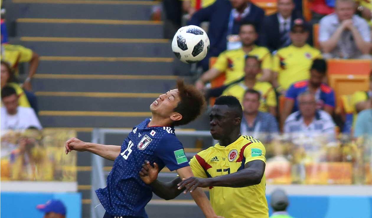 Dávinson Sánbchez disputa el balón con un jugador de Japón