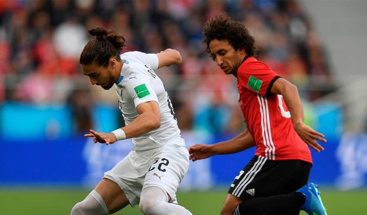 Martín Cáceres de Uruguay, defiende el balón ante un jugador de Egipto