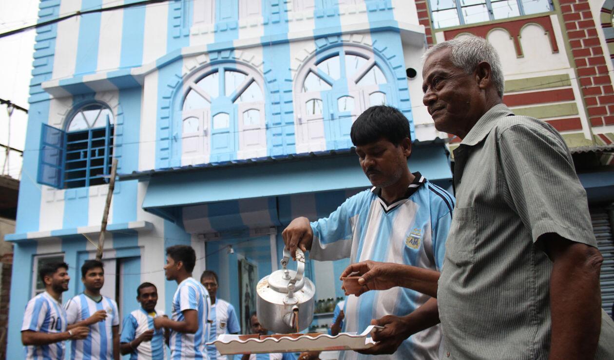 Shib Shankar Patra, aficionado de Lionel Messi, pintó su casa con los colores argentinos