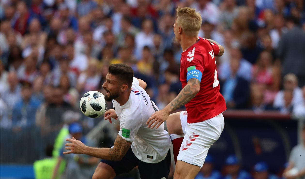 Olivier Giroud defiende el balón ante la marca de un jugador de Dinamarca
