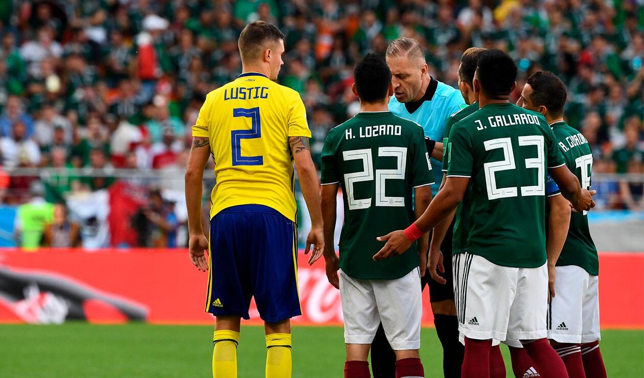 Los jugadores de México protestan la tarjeta amarilla a Jesús Gallardo ante Suecia