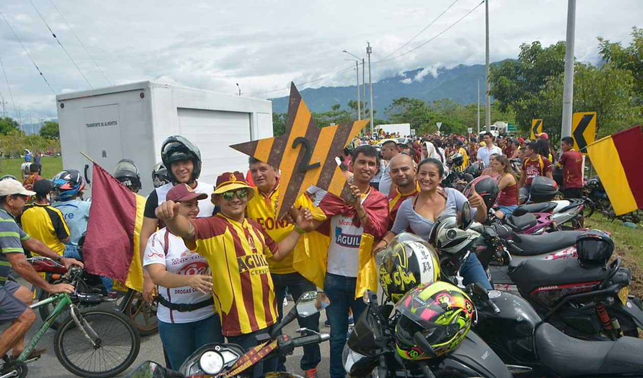 Hinchas del Deportes Tolima esperando la llegada del campeón
