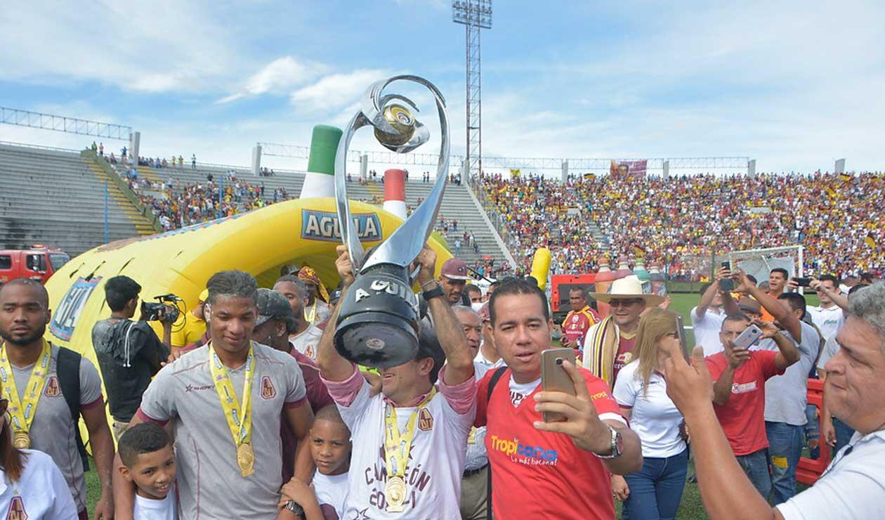 Jugadores del Deportes Tolima dando la Vuelta Olímpica