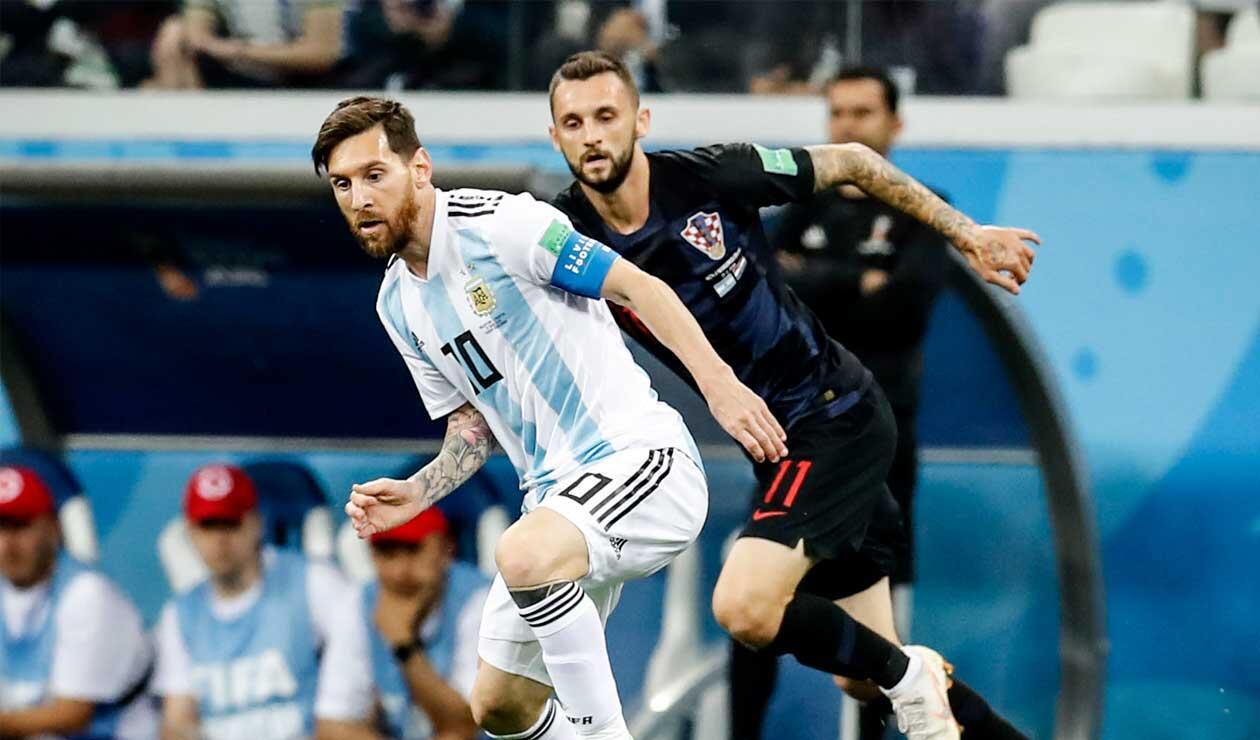 Lionel Messi ante el acecho de un jugador de Croacia