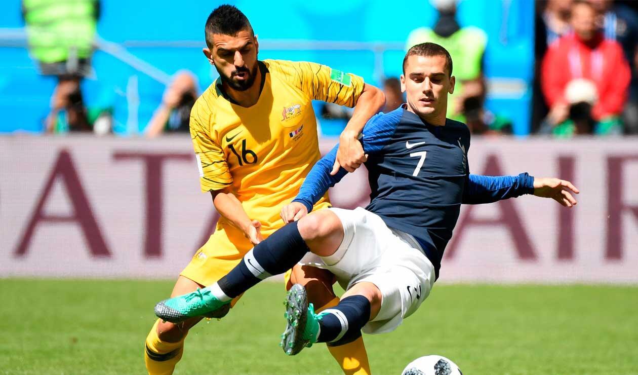 Antoine Griezmann y Aziz Behich en el partido Francia-Australia en el Mundial Rusia 2018