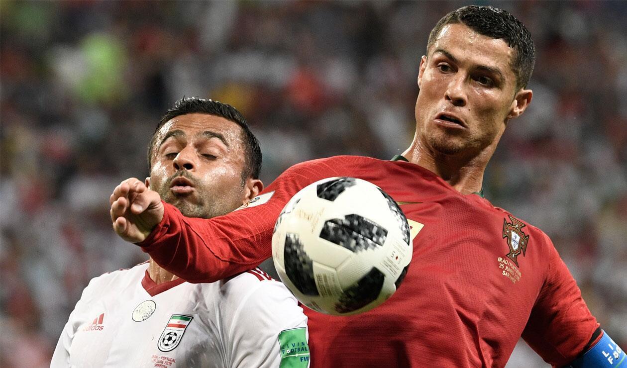 Cristiano Ronaldo frente a la marca de un jugador de Irán