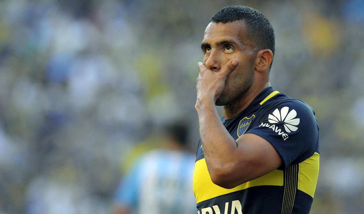 Carlos Tévez, delantero de Boca Juniors toca su rostro en un partido frente a Racing