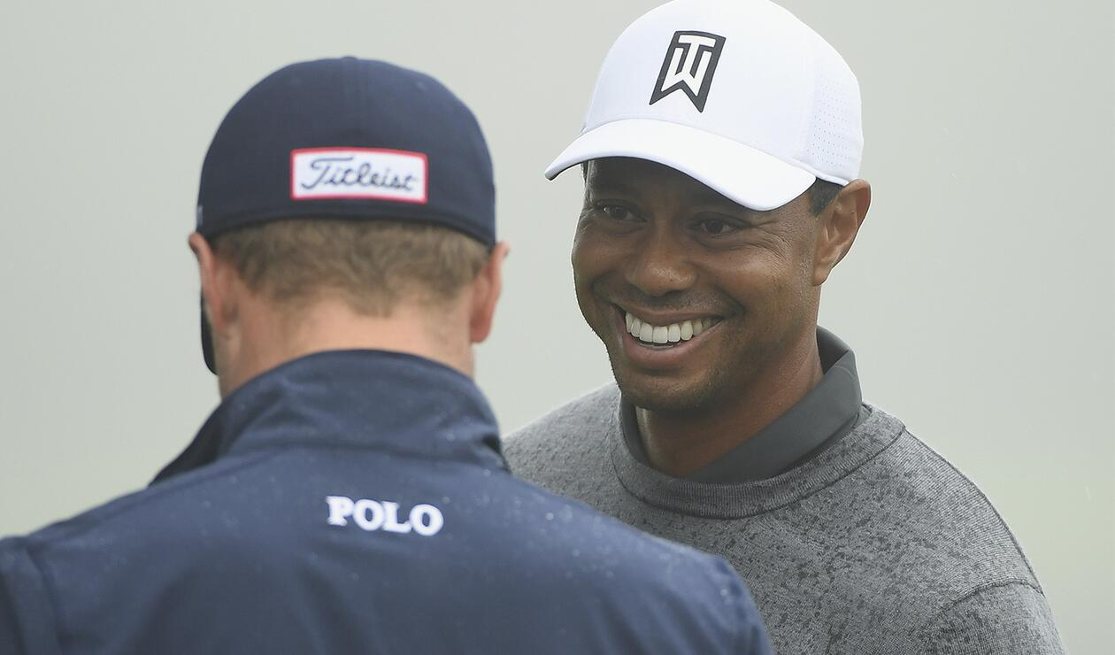 Tiger Woods Tiger Woods conversa animadamente con Justin Thomas en uno de los entrenamientos previos al US Open de Golf en Southampton, Nueva York.