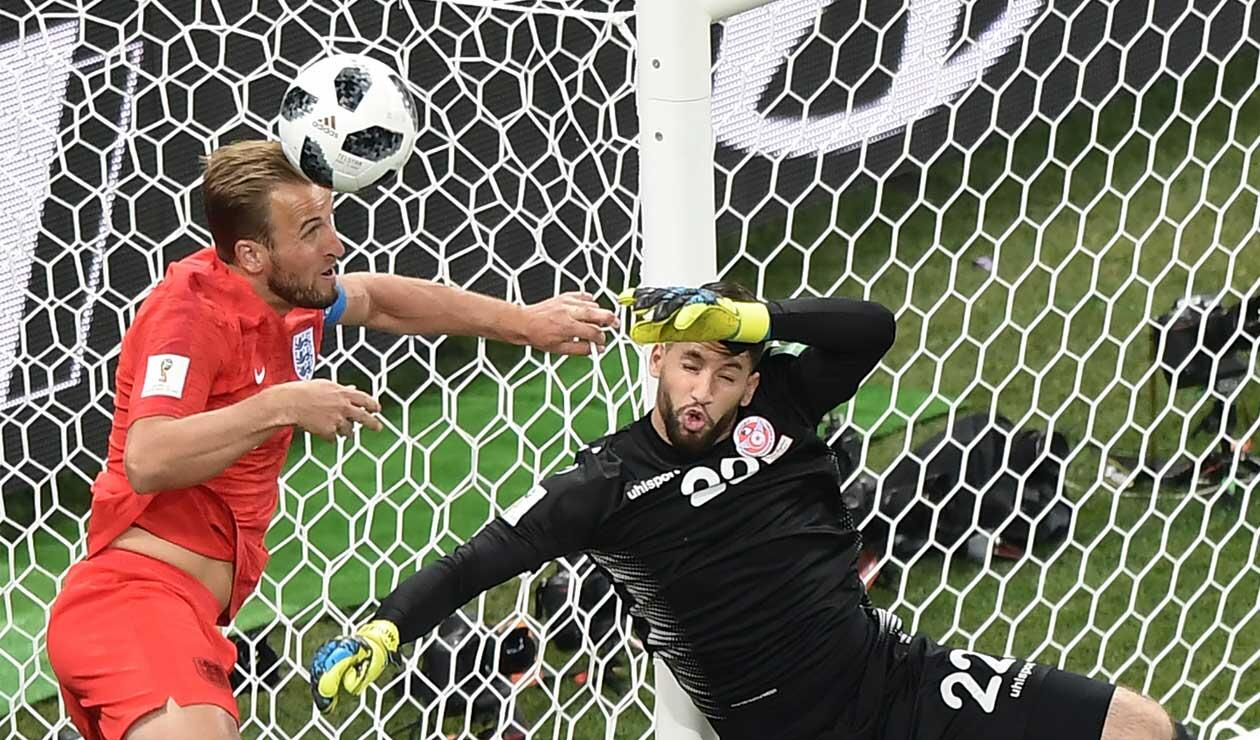 Harry Kane cabeceando la pelota en el partido Túnez Vs Inglaterra
