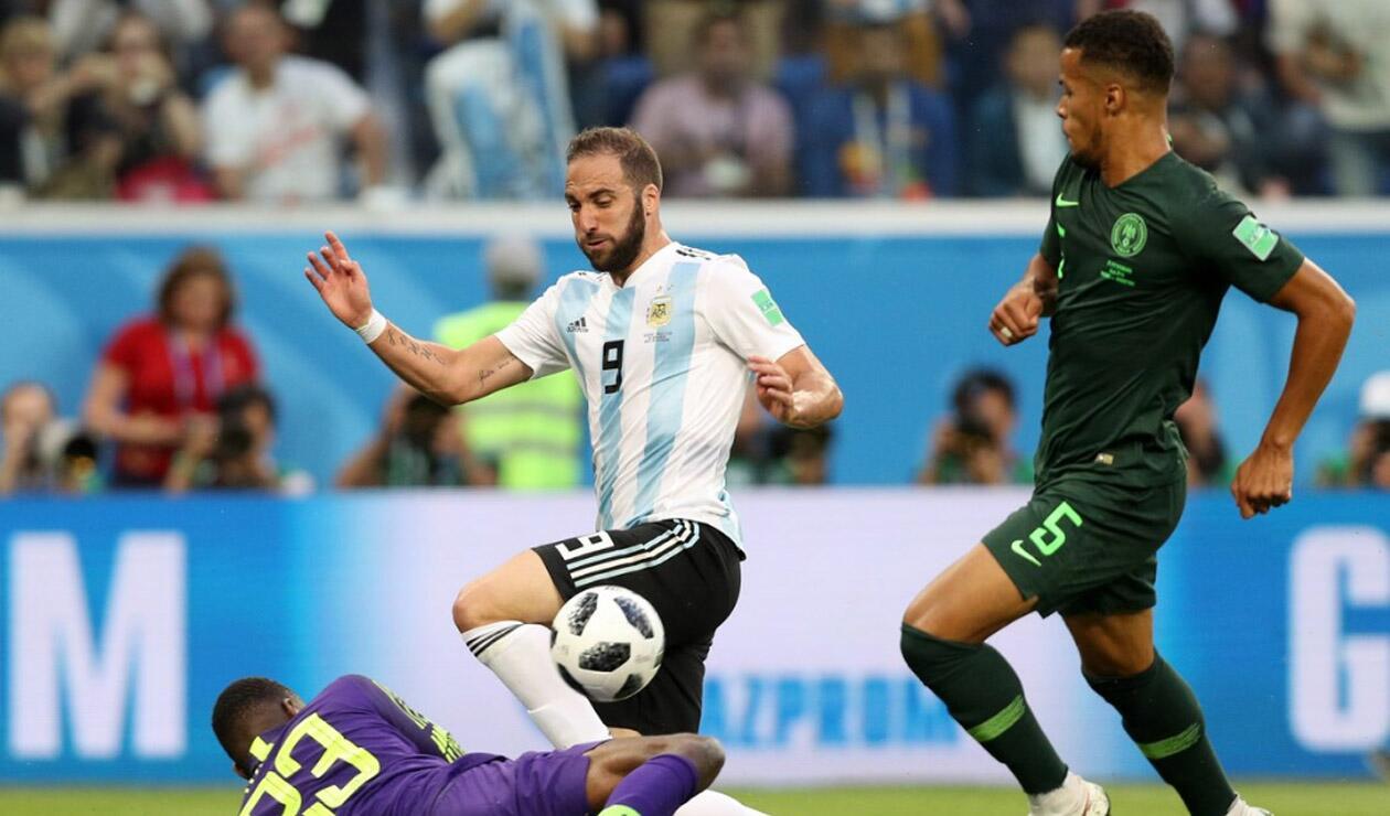 Gonzalo Higuaín peleando un balón ante Nigeria