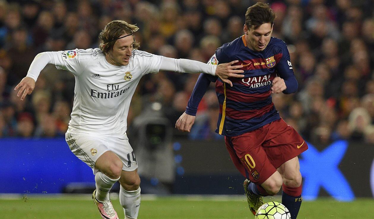 Luka Modrić y Lionel Messi disputan una pelota