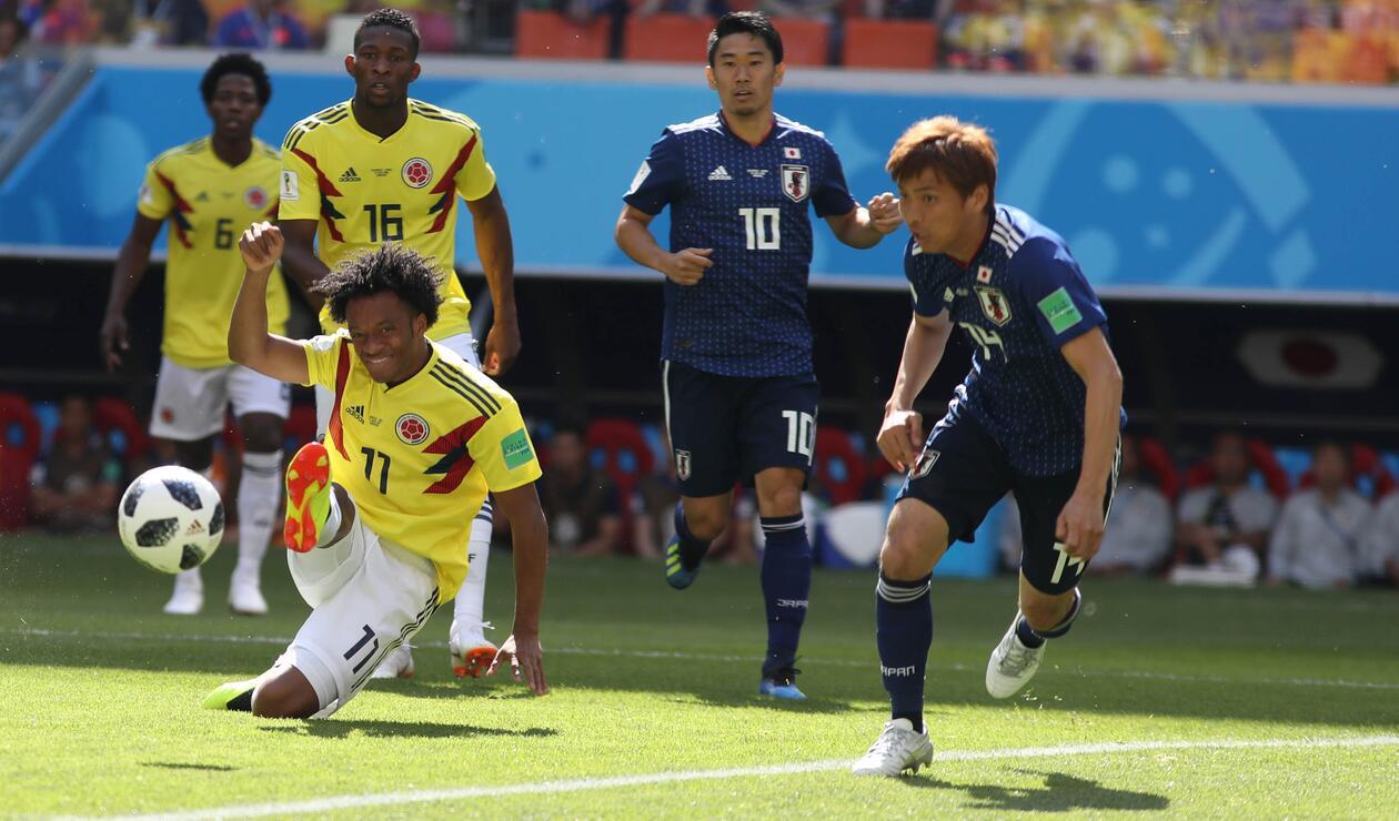 Juan Guillermo Cuadrado disputando un balón en el primer tiempo frente a Japón