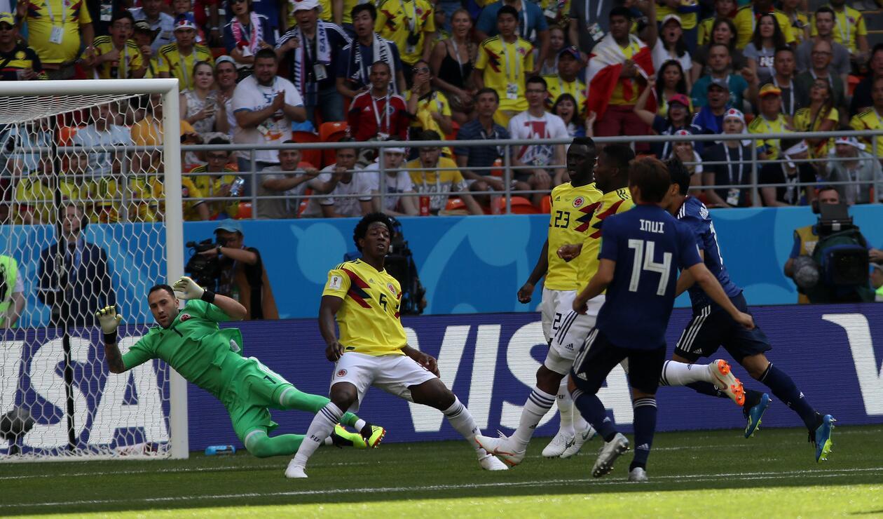 Momento en el que Carlos Sánchez interrumpió la dirección de la pelota con la mano dentro del área