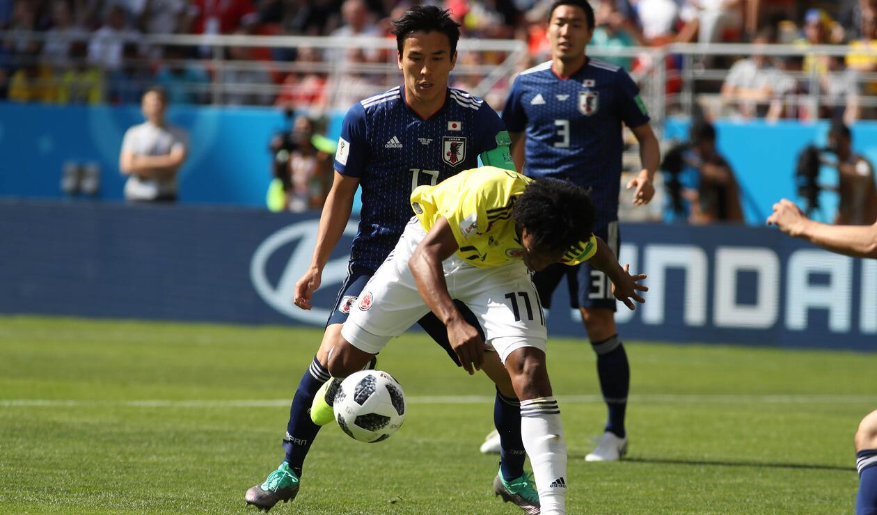 Juan Guillermo Cuadrado intentando seguir con la pelota en movimiento tras el marcaje del rival