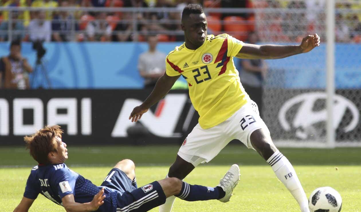 Davinson Sánchez peleando un balón en el partido Colombia - Japón