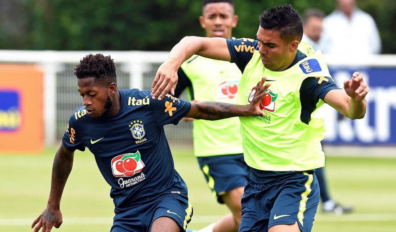 Fred y Casemiro disputando una pelota Selección de Brasil
