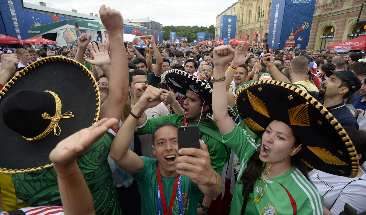 Hinchas mexicanos celebrando el triunfo ante Alemania
